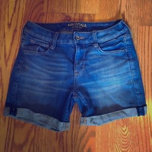 Mid length, very blue, jean shorts 💙